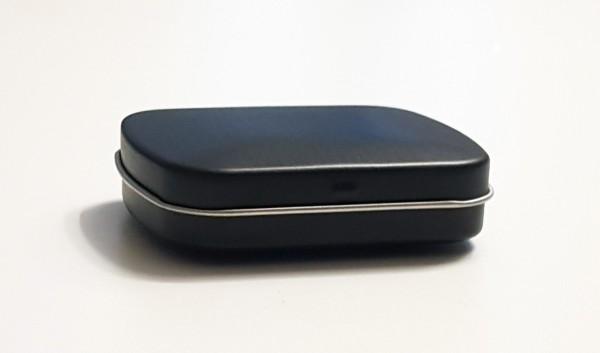 schwarze Blechdose mit Scharnierdeckel (60x48x19mm)